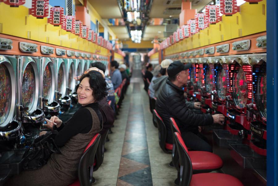 毎日パチンコ店に入り浸る女性の画像